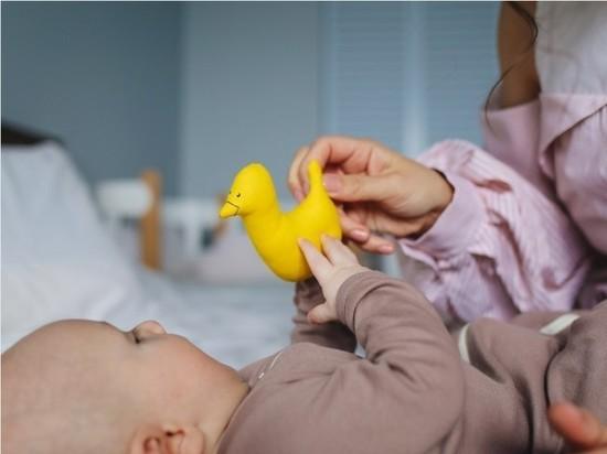 Российского малыша, за неделю потерявшего всю семью из-за коронавируса, отдадут тете