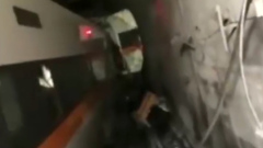 На Тайване пассажирский поезд сошел с рельсов и врезался в стену