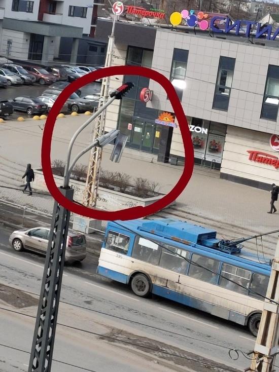 Болтающаяся крышка фонаря на улице Чапаева в Петрозаводске напугала горожан
