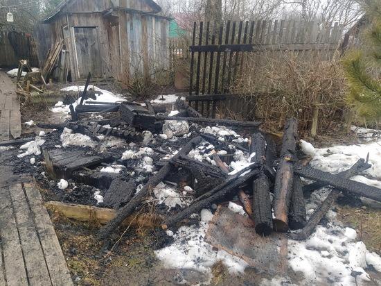 Тушили всем миром: в Холм-Жирковском районе горела деревянная беседка