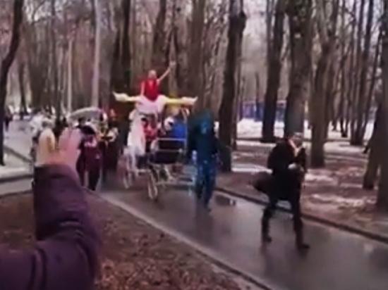 Волочкова отметила День смеха катанием по парку на шпагате