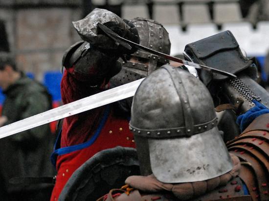 Школьница ослепла из-за осколка меча, отлетевшего на рыцарском турнире