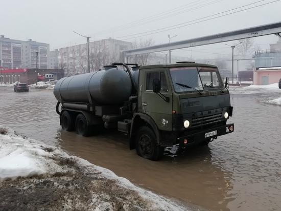 В Йошкар-Оле откачивают талые воды из лужи на улице Чернякова