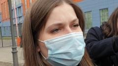 Немногословная жена Эдварда Била приехала в суд в маске: видео