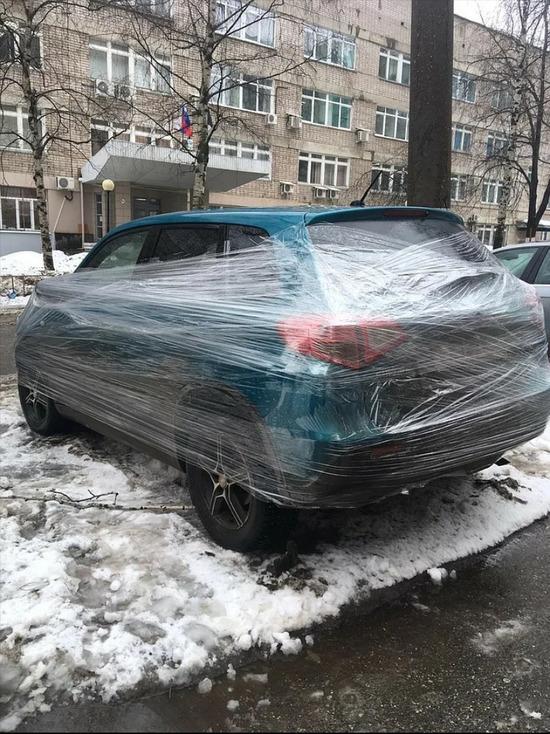 Ижевчанка решила пошутить на 1 апреля и обмотала плёнкой авто начальника