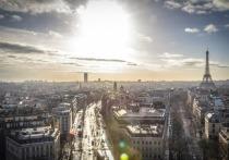 Во Франции полуголые актеры провели демонстрацию, требуя открытия театров