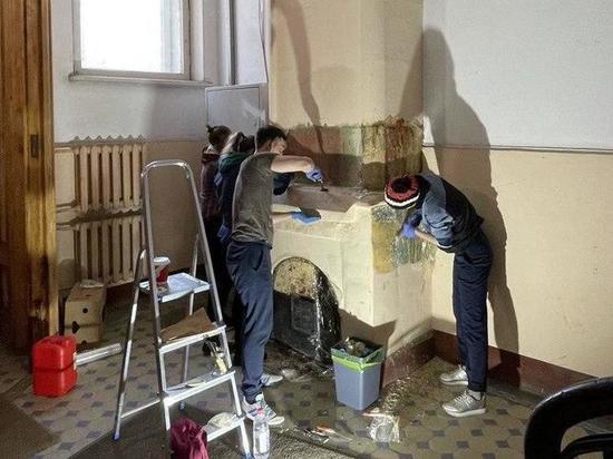 Волонтёры занялись очисткой вековой печи в доходном доме Шведерского