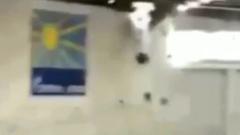 Крыша спорткомплекса рухнула во время детских соревнований в Кирове: видео