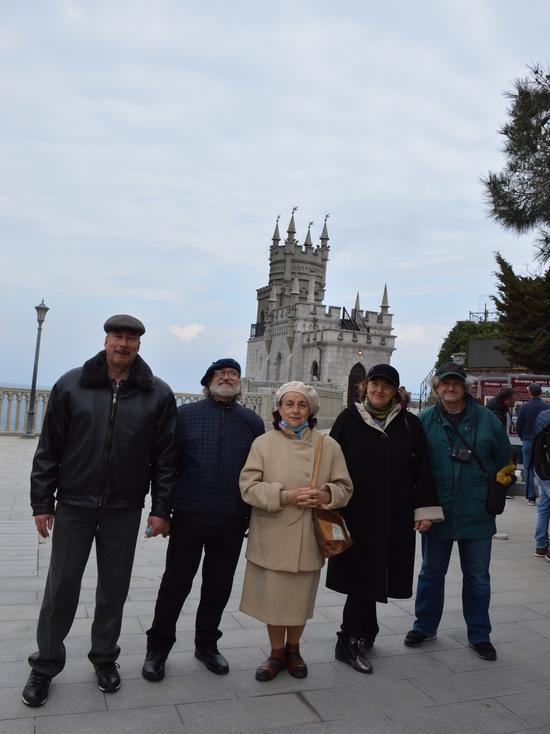 Ласточкино гнездо открылось выставкой крымских художников