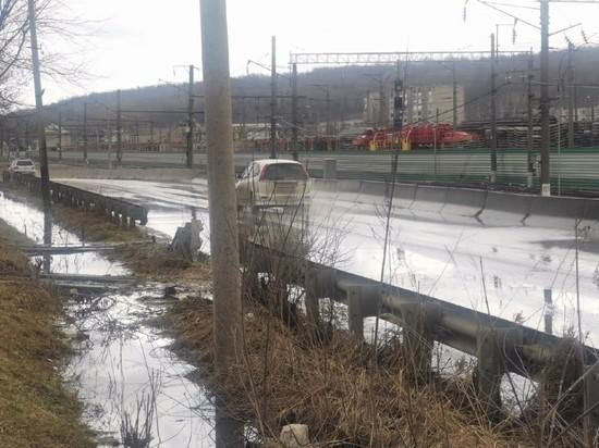 Вонь и поток: в Смоленске на дорогу текут канализационные реки