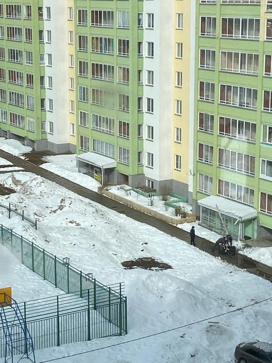 В Кирове девушка выпала из окна высотки