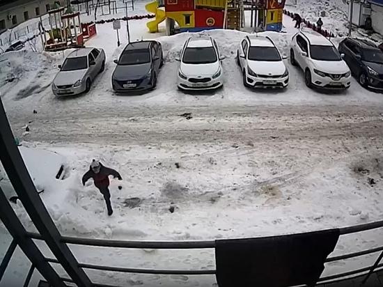 Рухнувший с крыши снег чуть не убил ребенка в Губкинском