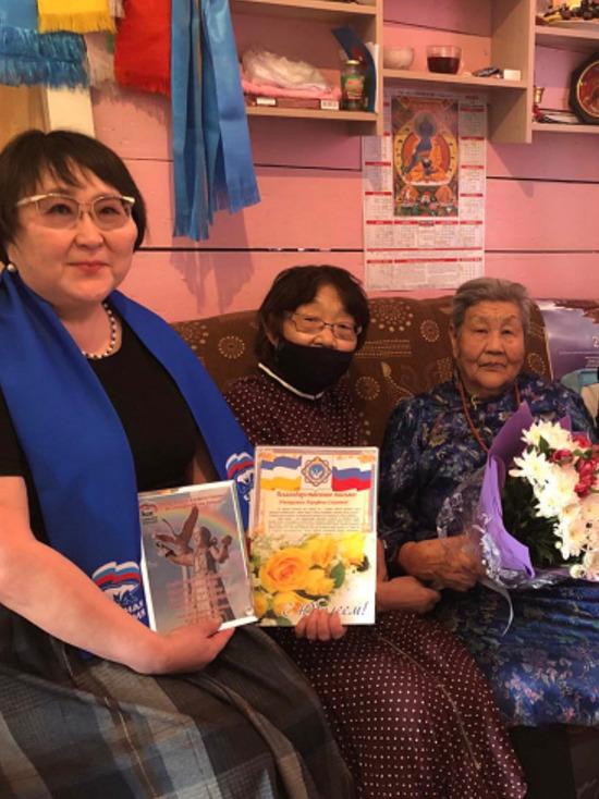 90-летняя жительница Бурятии исполняет свои авторские песни на молебнах