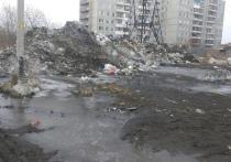 Жители Омска пожаловались на гору из мусора и снега на остановке Талалихина