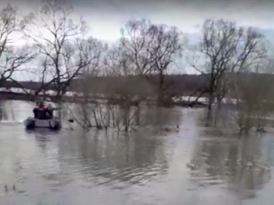 В Калужской области пара чуть не утонула в реке, перевернувшись на байдарке