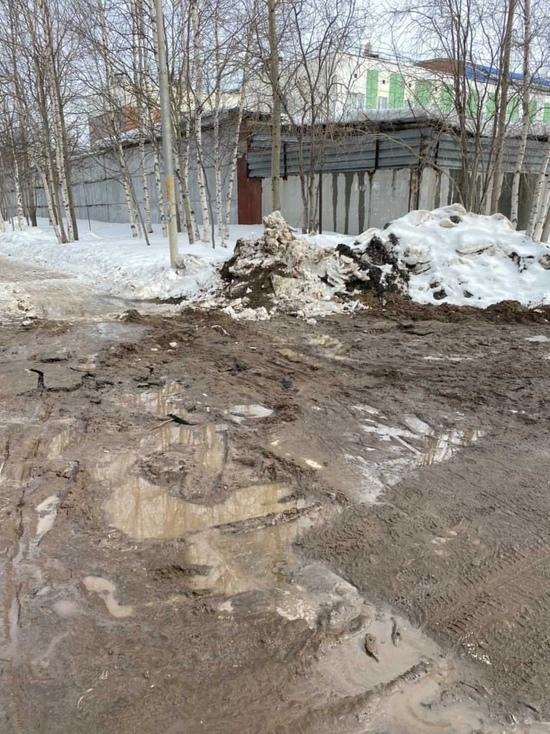 Грязь и разбитый тротуар остались на улице Ноябрьска после ремонта на сетях