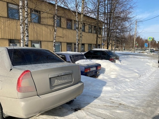 Жители Ноябрьска попросили коммунальщиков вывезти снег и не убрали машины со двора