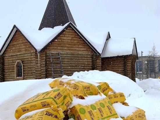 Сотрудники предприятия ТЭК помогают ремонтировать часовню в селе Ямала