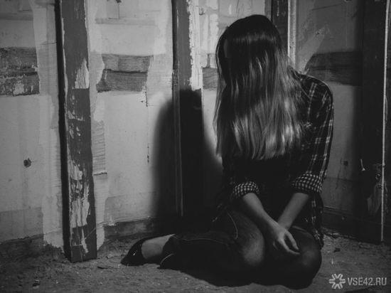 В кемеровском ТЦ посетитель взял в заложники девушку