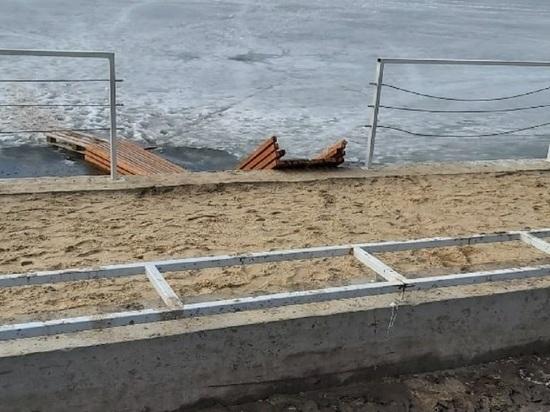 В Калуге на набережной сломали лавку и превратили в мостки