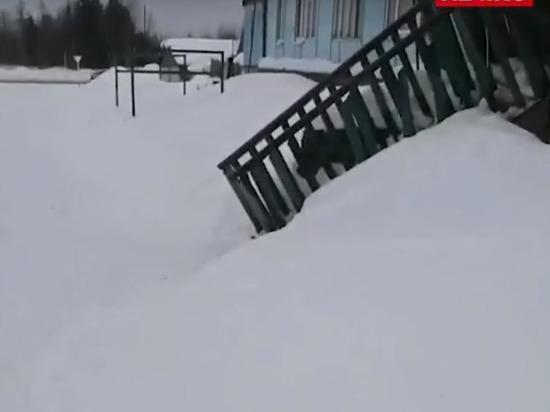 Рухнувший с крыши сугроб в Пуровске разгромил крыльцо и заблокировал жителей дома