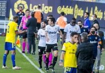 Матч «Кадис» - «Валенсия» завершился расистским скандалом. Из-за того, что игрок хозяев якобы (это пока не доказано) оскорбил защитника «Валенсии» Муктара Диакаби, команда ушла с поля и вернулась в игру только под угрозой снятия очков. Защитник «Кадиса» Хуан Кала утверждает, что он не виноват, и собирается это доказать. В Ла Лиге в ближайшие дни будет горячо. «МК-Спорт» рассказывает, что случилось, а также почему в Испании считают, что клуб оскорбленного футболиста поступил неправильно.