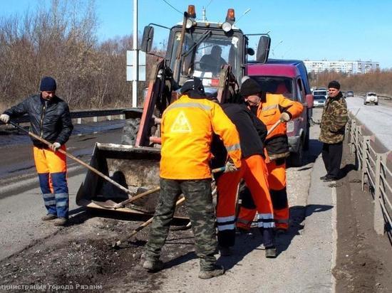 В Рязани на 11 улицах заделали ямы на дорогах щебенкой