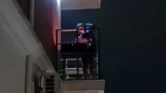 Житель Сочи пожарил шашлыки прямо на балконе: видео