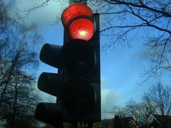 Машина в Томске сбила подростков, которые перебегали дорогу на красный свет