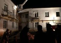 Жильцов двухэтажного многоквартирного дома в Барнауле эвакуировали при возникновении угрозы обрушения.