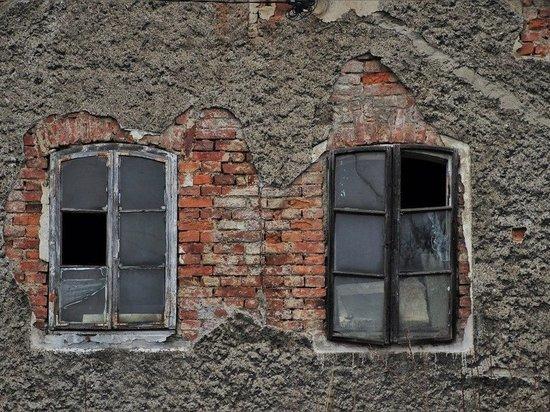 В Новокузнецке обрушилась облицовка фасада многоэтажного дома