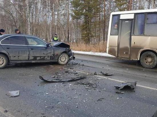 Женщина устроила ДТП с автобусом под Тюменью и погибла в аварии