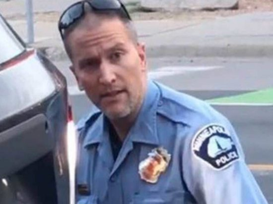 Появилось видео, доказывающее невиновность полицейского в смерти Флойда