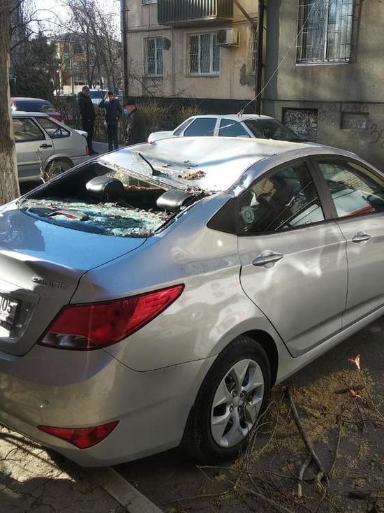В Дагестане сильный ветер повредил машины