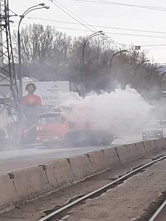 В Кемерове рядом с АЗС загорелся мусоровоз