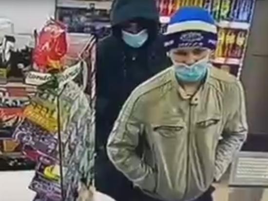 Двое мужчин украли из магазина в Усть-Илимске ящик для пожертвований