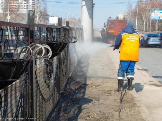 На Московском шоссе в Рязани моют разделительные ограждения