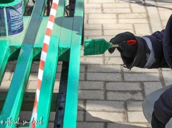 В Смоленске начали ремонт и покраску скамеек