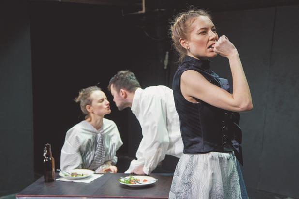 В московских театрах завели моду кормить зрителей на спектаклях