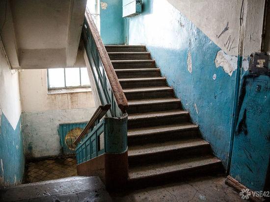 Кемеровчанка превратила лестничную площадку многоэтажки в личную кладовую комнату