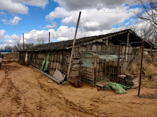 Астраханский предприниматель регистрировал иностранцев в полуразрушенном доме без крыши