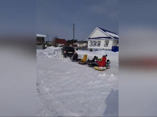Жителя Удмуртии привлекли к ответственности за катание детей на тюбинге за автомобилем