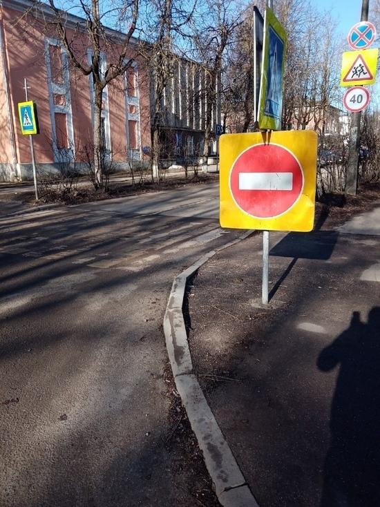 Одностороннее движение ввели на улице Школьной в Пскове