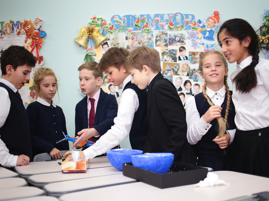 В Калининграде школьников обязали надеть парадную форму в честь юбилея директора