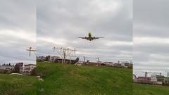 Сильный ветер в Сочи не дал приземлиться самолету с первого раза