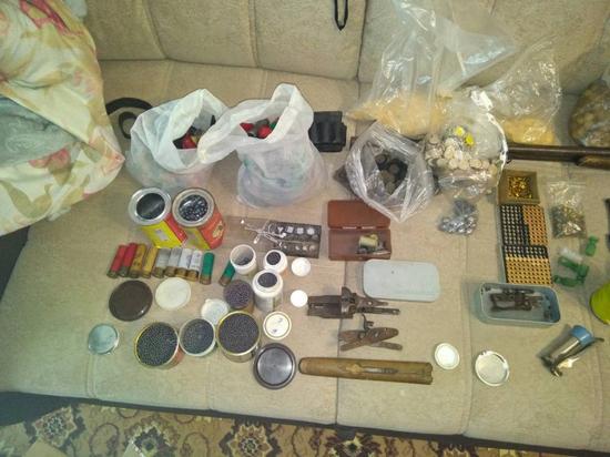 Югорчанин хранил дома 1,5 килограмма пороха, оружие и боеприпасы