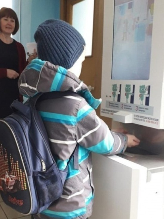 В 230 псковских школах установили системы для проверки температуры и обработки рук