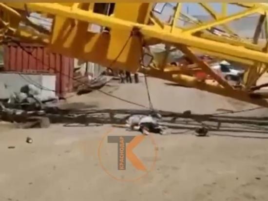 На строительной площадке Яблоновского моста рухнул кран