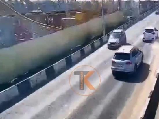 Момент падения крана на Яблоновском мосту попал на видео