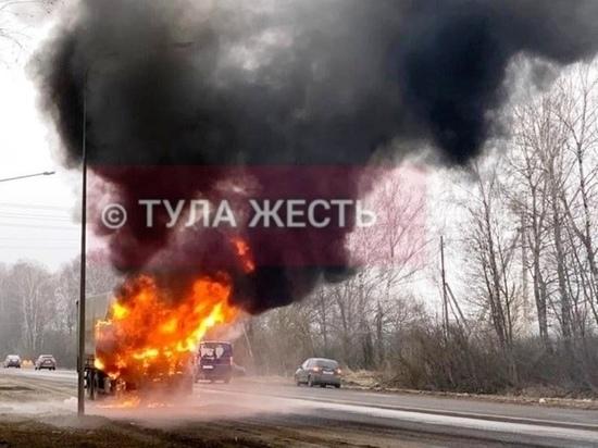 Кадры с места серьезного возгорания фуры в Туле 7 апреля в соцсети опубликовали очевидцы